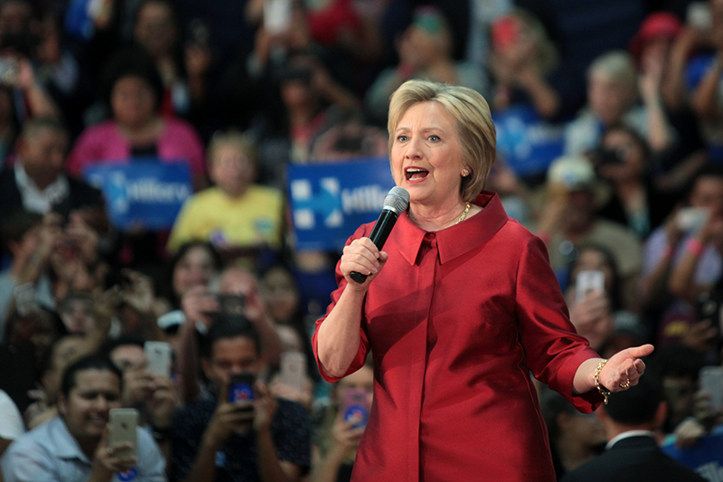 米アリゾナ州で行われた集会で演説するヒラリー・クリントン氏=3月20日(写真:Gage Skidmore)