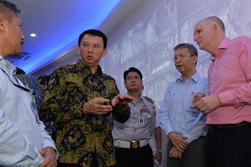 ジャカルタ特別州のバスキ・チャハヤ・プルナマ知事(中央左)=2016年3月3日(写真:在ジャカルタ・オーストラリア大使館)