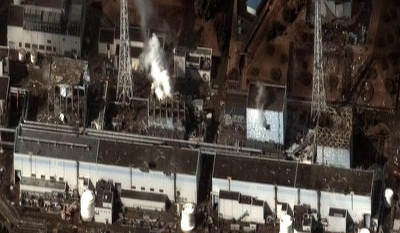 2011年3月11日の東日本大震災の5日後に撮影された福島第一原発。左から4号機、3号機、2号機、1号機。(写真:Digital Globe)