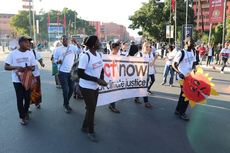 モロッコのマラケシュで開かれているCOP22の期間中にデモ行進をするACT・LWF・WCCの合同グループ(写真:WCC / Ivars Kupcis)