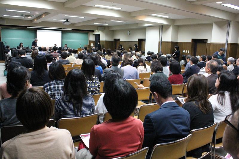 セミナーには、地域の人たちや卒業生ら約180人が集まった=10月15日、東洋英和女学院大学(東京都港区)で