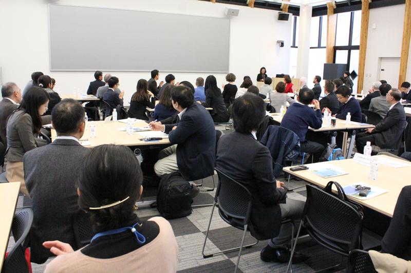 国際基督教大学におけるバイリンガル教育について、日比谷潤子学長から説明を聞く参加者たち=2日、同大(東京都三鷹市)で