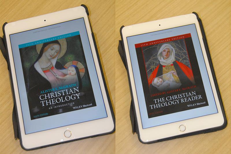 『キリスト教神学入門』英語原書第6版のKindle版をiPad Miniにダウンロードしたもの(写真左)と、『キリスト教神学資料集』英語原書第5版のKindle版をiPad Miniにダウンロードしたもの(同右)