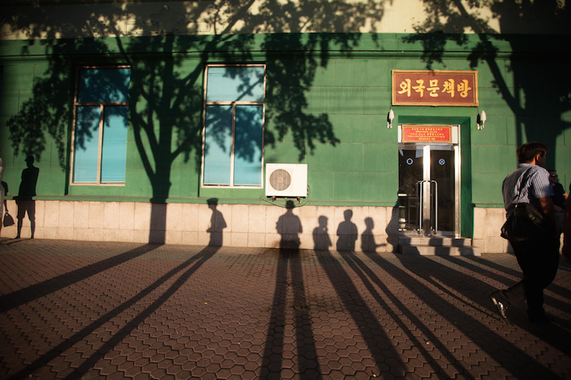 平壌の通りにできた影(写真:Sean Hawkey)