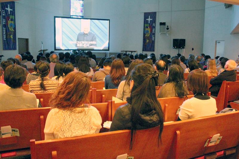 「グローバル・リーダーシップ・サミット2016」で、ウィロークリーク・コミュニティー教会主任牧師のビル・ハイベルズ氏の講演に耳を傾ける参加者たち=23日、東京都渋谷区の東京ユニオンチャーチで