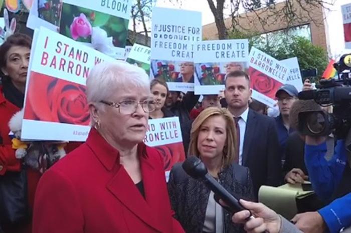 支持者に囲まれ、メディアの取材に応じるバロネル・スタッツマンさん(写真:自由防衛同盟=ADFのフェイスブックより)