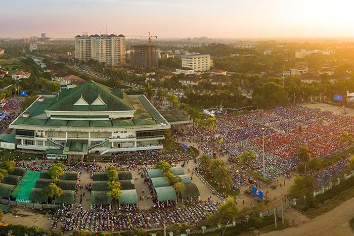 旧首都であるミャンマー最大の都市ヤンゴンで行われた伝道集会「ヤンゴン・ラブ・ジョイ・ピース・フェスティバル」には、3日間で延べ約17万人が参加した。(写真:フランクリン・グラハム氏のフェイスブックより)<br />