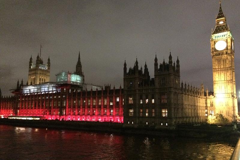 赤くライトアップされるウェストミンスター宮殿(英国会議事堂)。信仰の故に迫害されている世界中の人々への連帯を示し、この日はロンドン市内のさまざまなランドマークが赤く染まった。