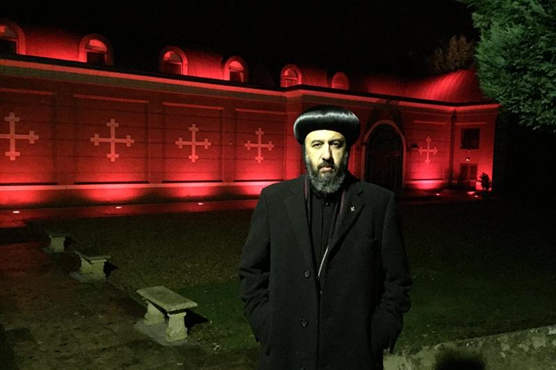 ロンドンが真っ赤な「血の色」に、迫害の犠牲者覚え 教会やモスクも