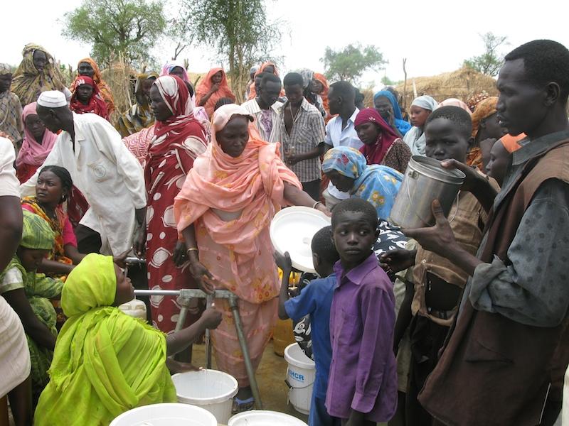 水を求めて並ぶ南スーダンの難民たち=2012年4月25日、同国北部のジャマム難民キャンプで(写真:'Robert Stansfield / Department for International Development')