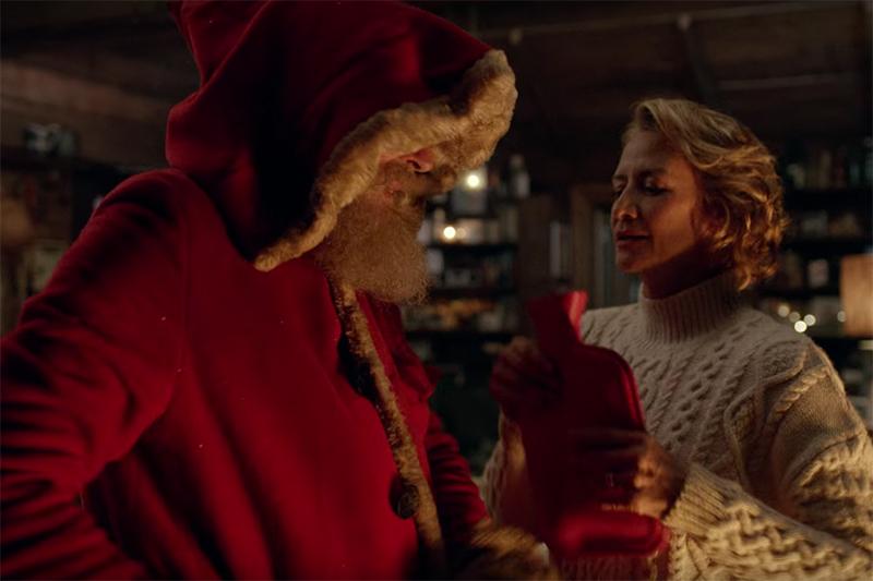 英小売業者「M&S」(マークス&スペンサー)のクリスマス用CMの一場面。サンタの「妻」が登場する。(画像:CM動画より)