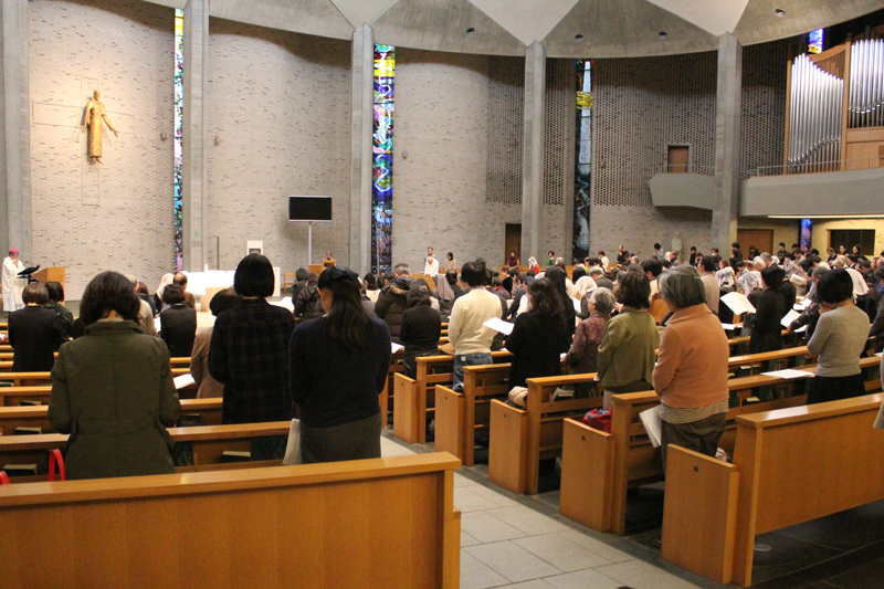 「自死された方々のためにささげる追悼ミサ」で祈りをささげる参列者=26日、聖イグナチオ教会(東京都千代田区)で