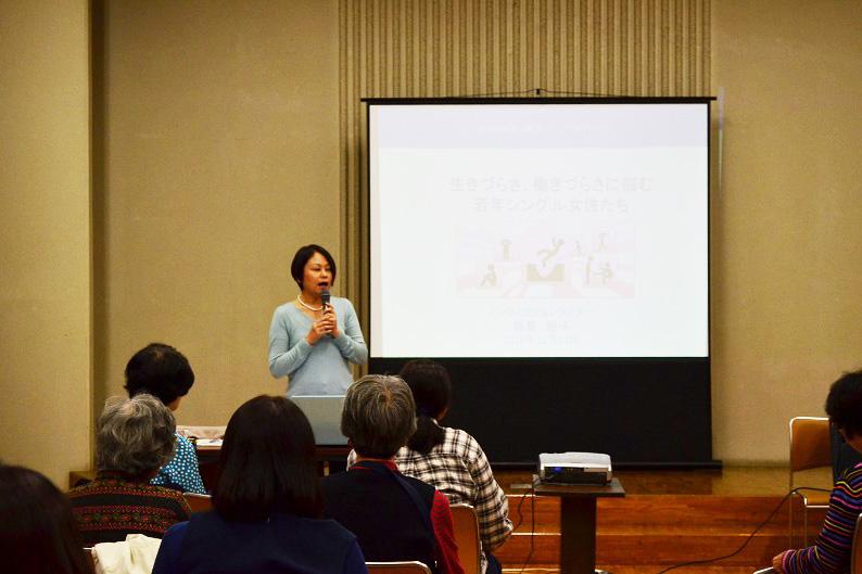 講演を行う飯島裕子さん。女性たちを中心に多くの参加者が熱心に耳を傾けた=11月14日、横浜YWCAで