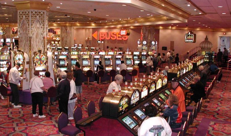 カジノでスロットマシンに興じる人々(写真:Access-jawiki、画像が一部加工されています)
