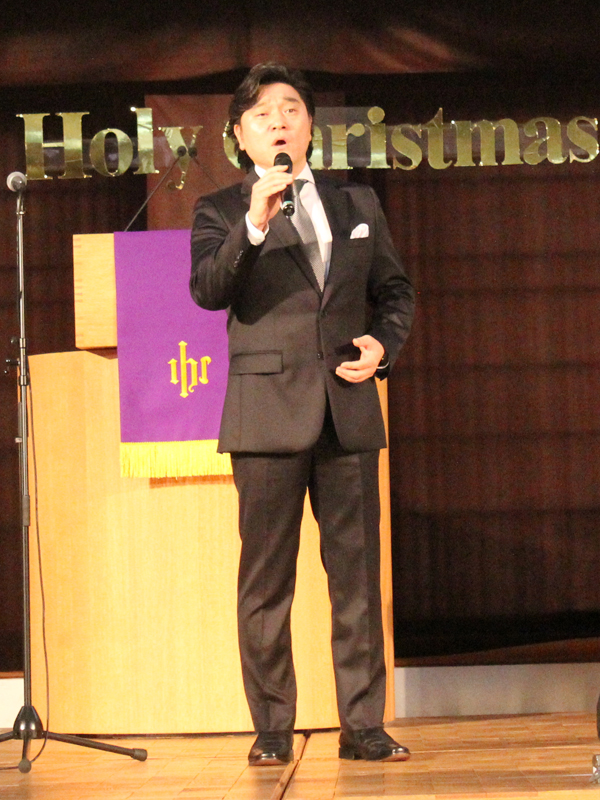 飛行機の不具合で日本への到着がコンサート当日になってしまうというハプニングに見舞われながらも、美しい声を披露するベー・チェチョル氏=3日、ウェスレアン・ホーリネス教団淀橋教会(東京都新宿区)で