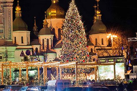 クリスマスツリーのイルミネーションと教会(画像:RISU提供)