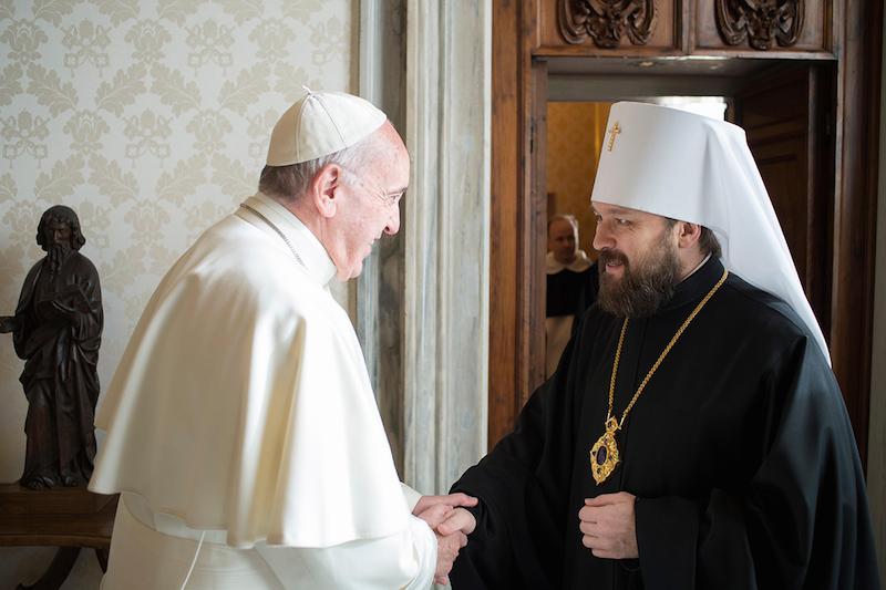 バチカン宮殿で教皇フランシスコ(写真左)と握手を交わすロシア正教会モスクワ総主教庁の渉外局長であるボロコラムスク府主教イラリオン(写真:ロシア正教会)