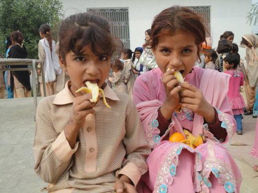 貧富の差が激しいパキスタンは、教育を満足に受ける環境にない。女子の中でも貧しい地域の子どもたちは、学校にすら通うことができない。
