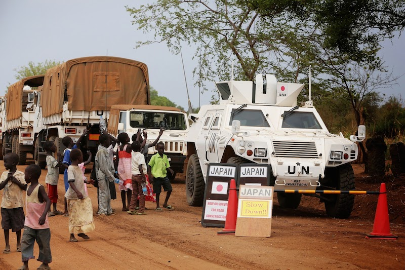 南スーダンのジュバ~イエイ間基幹道路補修で警戒に当たる軽装甲機動車(写真:Rukujojieitai Boueisho、2013年10月に撮影)
