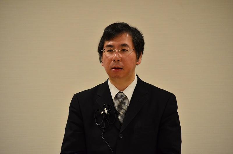 講演を行った阿部仲麻呂神父。映画鑑賞と講演会が先月27日、東京都千代田区の麹町カトリック教会(聖イグナチオ教会)の一室で行われた。参加者は、時折涙をぬぐいながら、映画を鑑賞した。