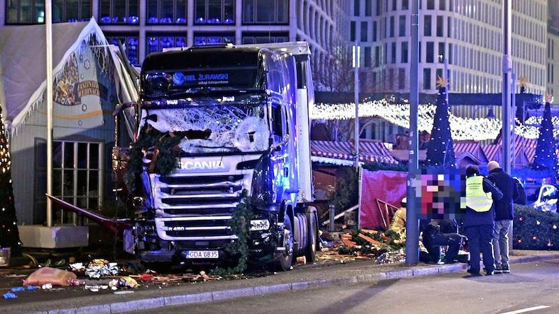 19日にドイツの首都ベルリンでトラックが突っ込んだ事件。カイザー・ヴィルヘルム記念教会の外で起きた(写真:quapan)<br />