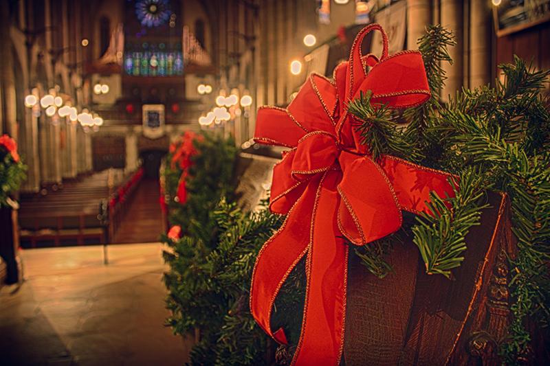 クリスマス用の装飾を施した教会(写真:James Smith)