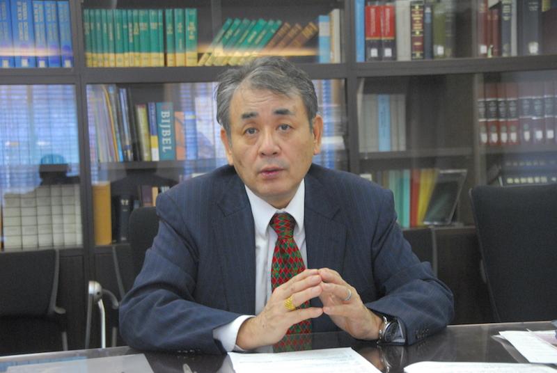 本紙のインタビューに応じる日本聖書協会の渡部信総主事=12月20日、東京都中央区の同協会会議室で
