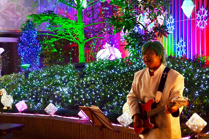 千葉駅前で「ゲリラキャロリング」を行うピエロのジミーこと東田啓介牧師