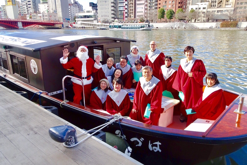 「クリスマスキャロリング・オン・ザ・ボート」に参加した聖歌隊のメンバー(写真:我妻茂樹氏提供)