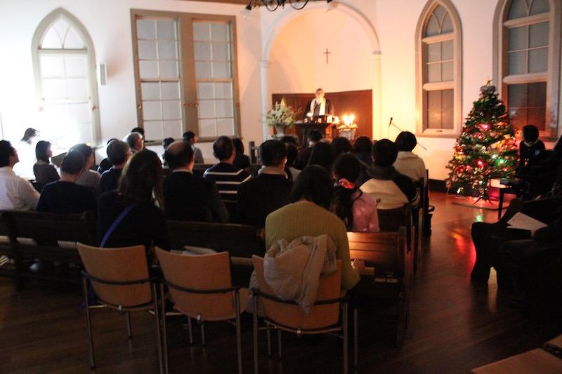キャンドルライトの明かりの中で 根津教会でクリスマスイブ特別賛美礼拝