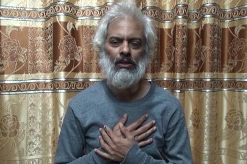 最近、フェイスブックに投稿されたトーマス・ウズナリル神父の写真。今年3月4日に過激派組織「イスラム国」(IS)に誘拐され、12月26日に新たな動画が公開された。<br />