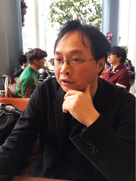 本紙のインタビューに応じる深田晃司監督