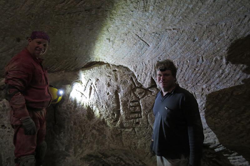 イスラエルの洞窟で、壁に刻まれた十字架と燭台(しょくだい)の彫り物を発見した3人のうちの2人であるイド・メロズさん(左)とミッキー・バルカルさん(写真:セフィ・ギボニさん撮影)<br />
