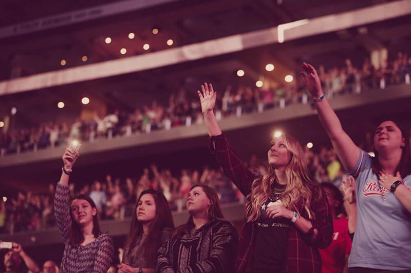 米カリフォルニア州アナハイムで開かれた伝道集会で手を上げて賛美する参加者たち=2016年8月27日(写真:ハーベスト・ミニストリーズ / Rever Hoehne)