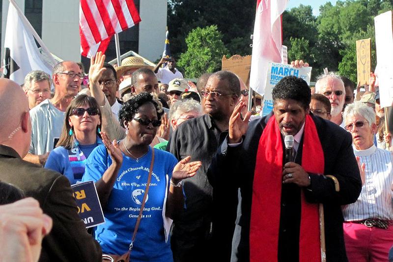 信仰団体「リペアーズ・オブ・ブリーチ」の代表で、グリーンリーフ・キリスト教会(ノースカロライナ州)の牧師であるウィリアム・J・バーバー2世(右前)=2013年(写真:twbuckner)<br />