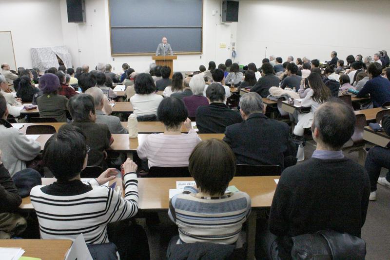 イベントには、学内外から大勢の人が集まり、会場は満席となった=10日、明治学院大学(東京都港区)で
