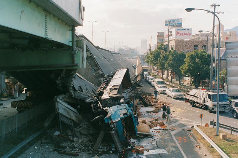 阪神・淡路大震災で壊れた阪神高速道路=神戸市灘区(写真:神戸市)