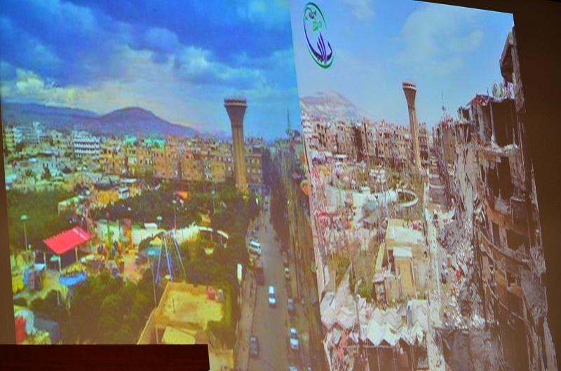 スクリーンに映し出された内戦前後のシリアの様子。内戦後(右)は、建物などが破壊され、美しい街の姿はない=12月23日、立教大学で