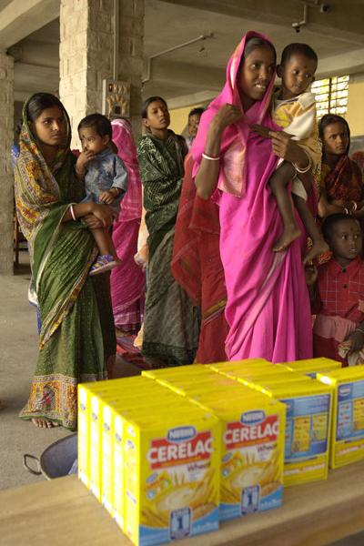 コンパッションが供給する食料を受け取るために列に並ぶインドの女性たち(写真:コンパッション)