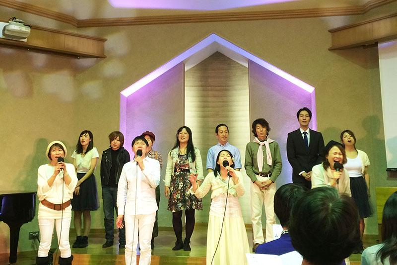 最後は出演者全員による賛美歌で幕を閉じた=28日、東京都杉並区の久遠キリスト教会で