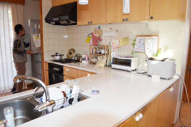 小舎のキッチン。一般家庭よりやや大きめのキッチンだが、家庭の温もりを感じる明るい場所になっている。