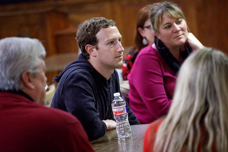 テキサス州ウェストで地元の人々から話を聞くフェイスブックCEOのマーク・ザッカーバーグ氏(写真:同氏のフェイスブックより)<br />