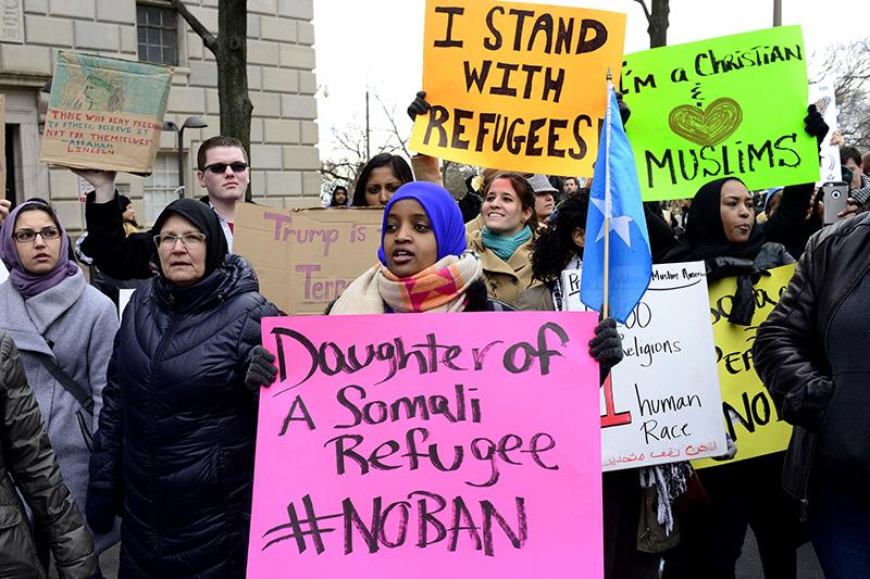 難民受け入れを120日間一時停止することなどを命じた、ドナルド・トランプ米大統領の大統領令に反対する人々=1月29日、米首都ワシントンで(写真:Stephen Melkisethian)