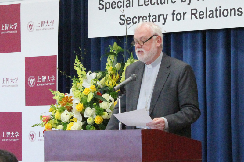 平和を作ることを熱く語るローマ教皇庁(バチカン)外務長官のポール・リチャード・ギャラガー大司教=2日、上智大学(東京都千代田区)で