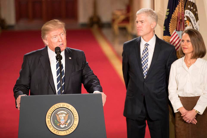 米連邦最高裁判事にニコール・ゴーサッチ連邦控訴裁判事を指名するドナルド・トランプ米大統領(左)=1日(写真:同大統領の公式ツイッターより)