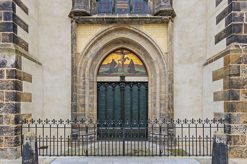 ヴィッテンベルクの城教会の扉。当時は木造だったが、実物は教会と共に戦禍で焼失し、現在は扉を模した青銅板が貼られている。(写真:A.Savin)