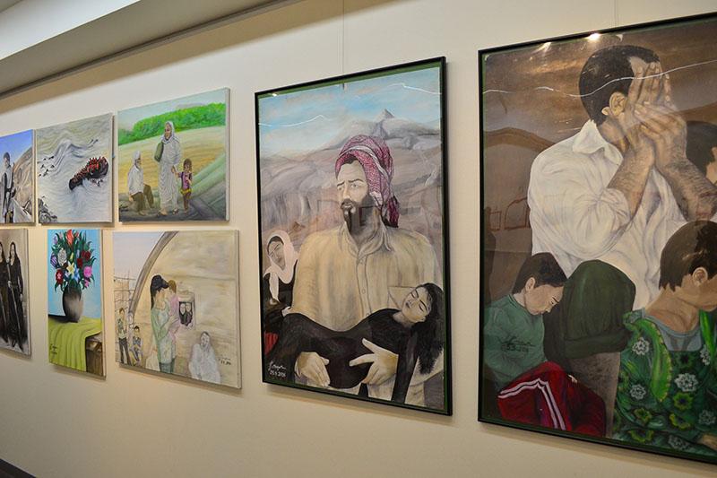 「イラク・シリアの子どもたちへ バレンタイン展」の様子=10日、ギャラリー日比谷(東京都千代田区)で