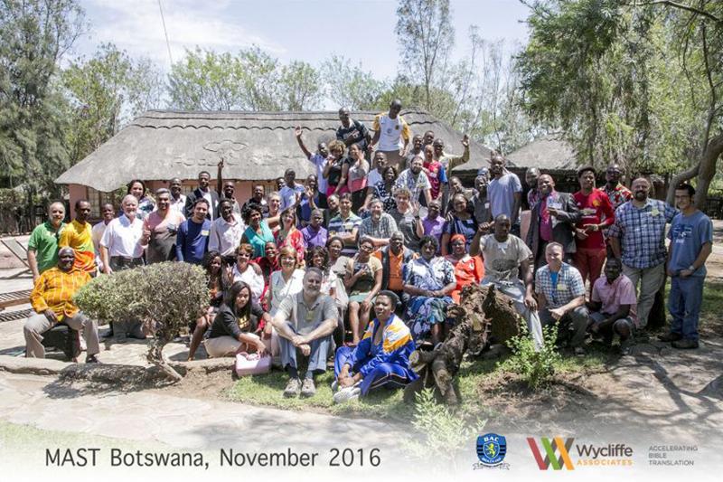 アフリカ南部のボツワナ共和国で2016年11月に行われた「MAST(Mobilized Assistance Supporting Translation=動員援助支援翻訳)」による聖書翻訳ワークショップの参加者(写真:ウィクリフ・アソシエイツ=WA)