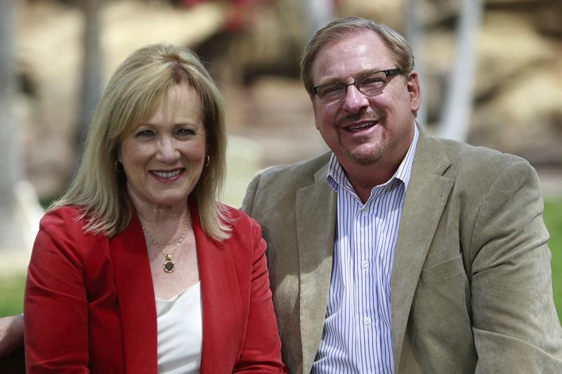 サドルバック教会(米カリフォルニア州)のリック・ウォレン牧師(右)とケイ夫人(写真:同教会)<br />