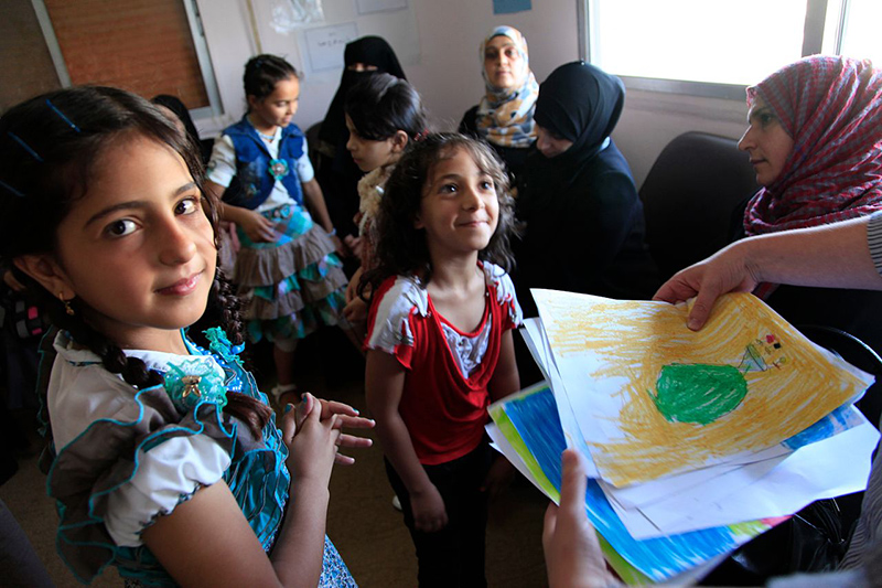 シリアとの国境に接するヨルダン北部の街ラムサの病院にいるシリア難民の子どもたち=2013年8月28日(写真:英国際開発省)<br />